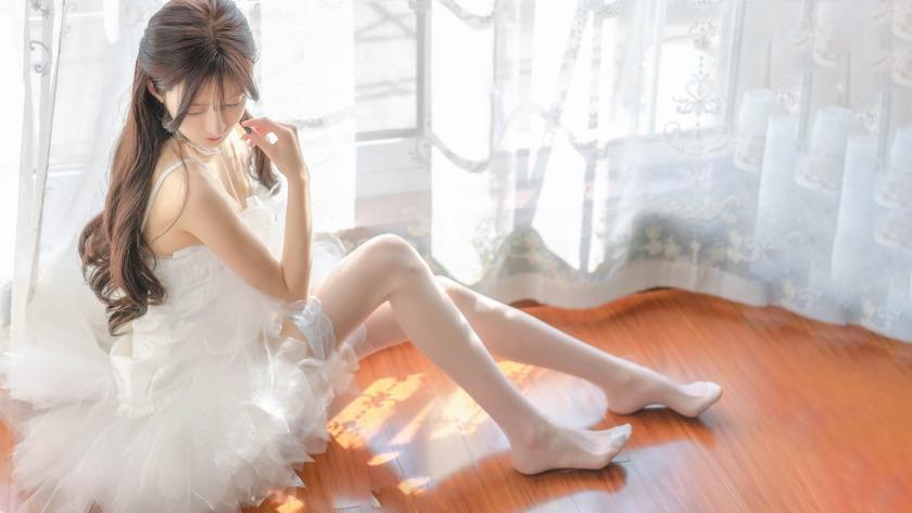 白色婚纱裙子 白色丝袜美腿美女4k壁纸.JPG