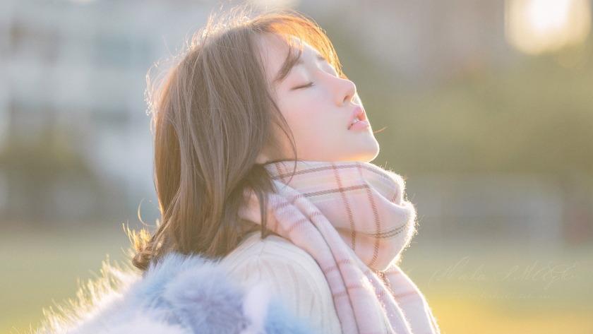 冬季闭上眼睛的美女围巾4k壁纸