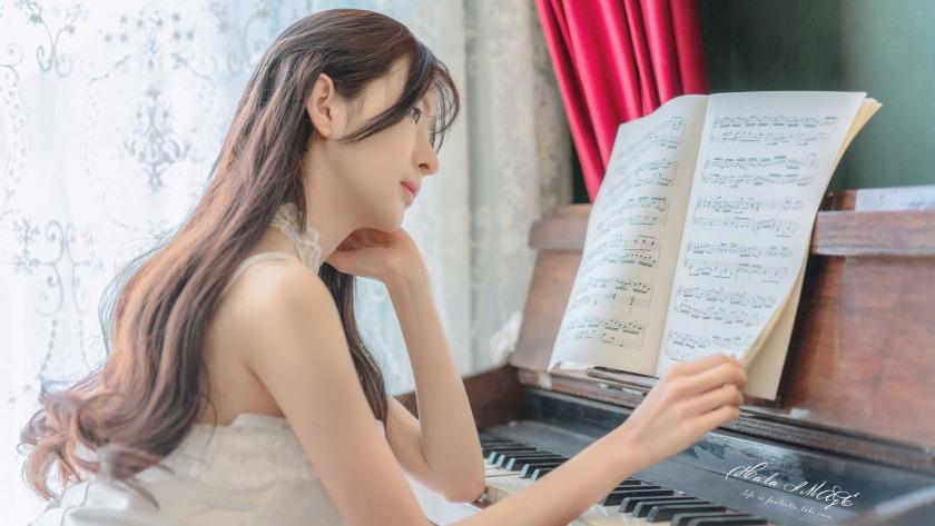 钢琴美女唯美4k壁纸