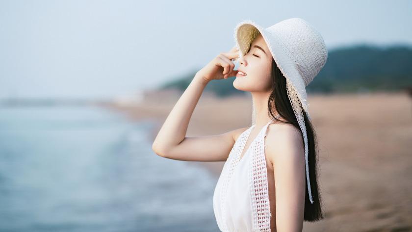 海边清纯美女帽子白色裙子4k壁纸