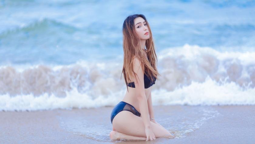 海滩比基尼长发美女4k壁纸