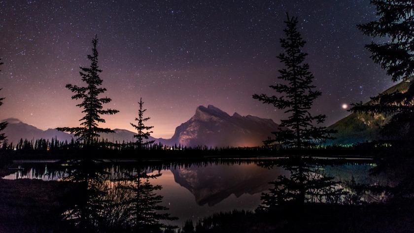 加拿大班夫国家公园的朱砂湖的星空4k壁纸
